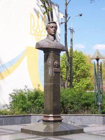 800px-Symon_Petliura_Monument-Rivne